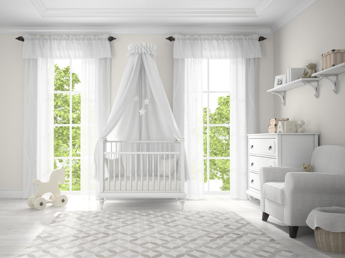 décorer le lit de bébé avec un ciel de lit